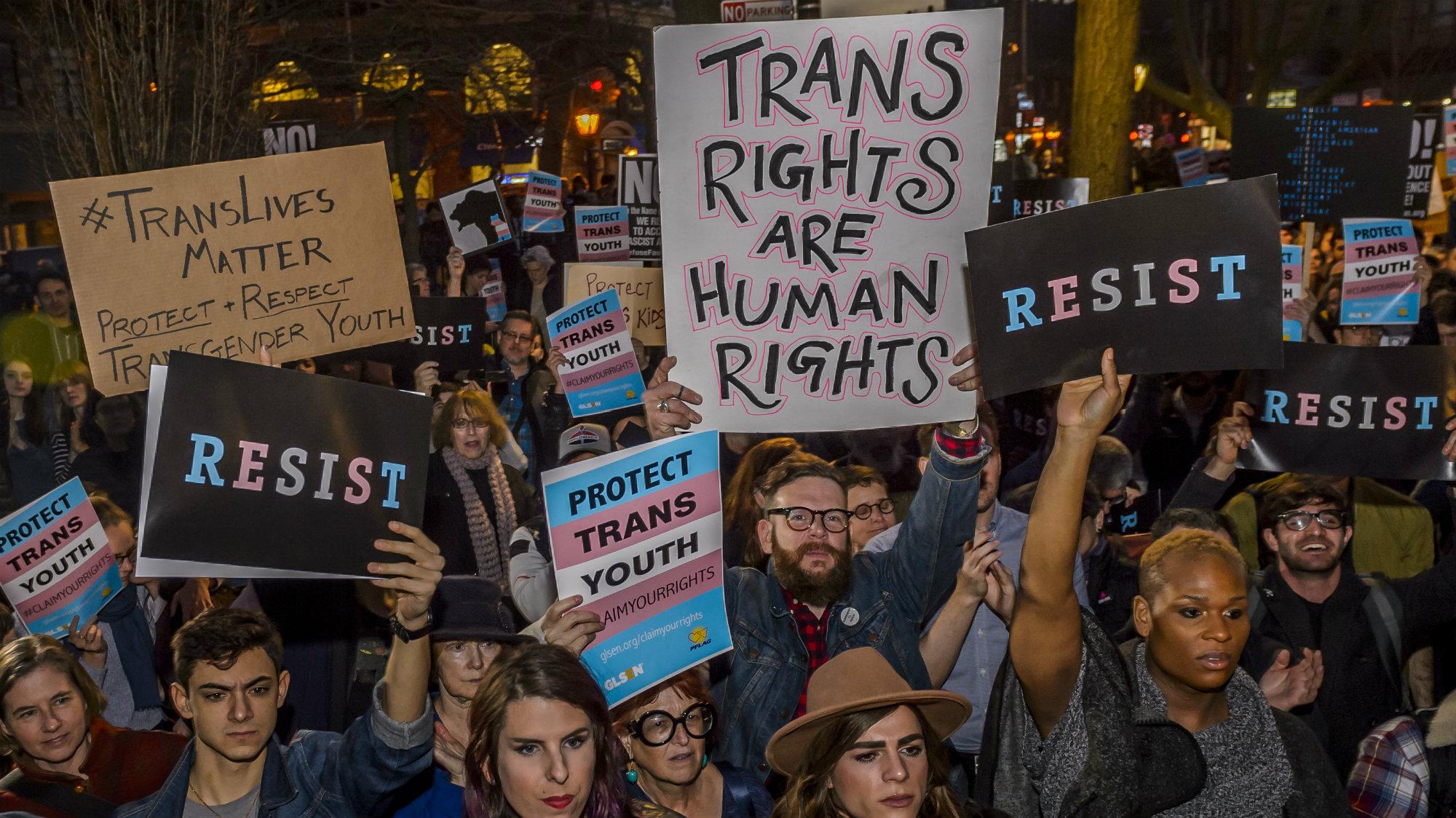 トランスジェンダー米軍入隊禁止デモの写真にあのドラァグクィーンの姿が!